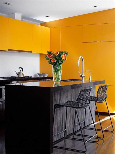 cuisine noir et jaune ambiance accueillante et conviviale dans une cuisine jaune