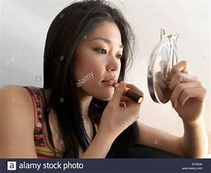 Asiatische Frauen Eigenschaften : junge asiatische frauen auftragen von lippenstift stockfoto bild 17899092 alamy ~ Frokenaadalensverden.com Haus und Dekorationen