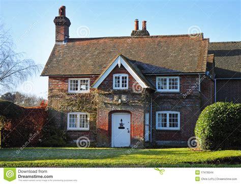 Roter Ziegelsteinenglisches Dorfhaus U Garten Stockfoto