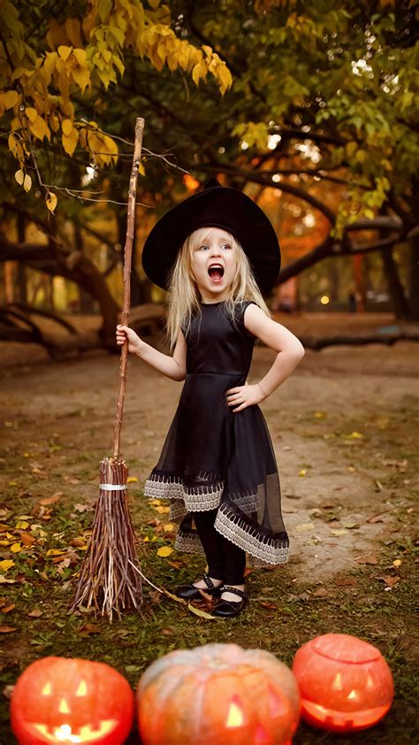 girls screaming child hat pumpkin halloween