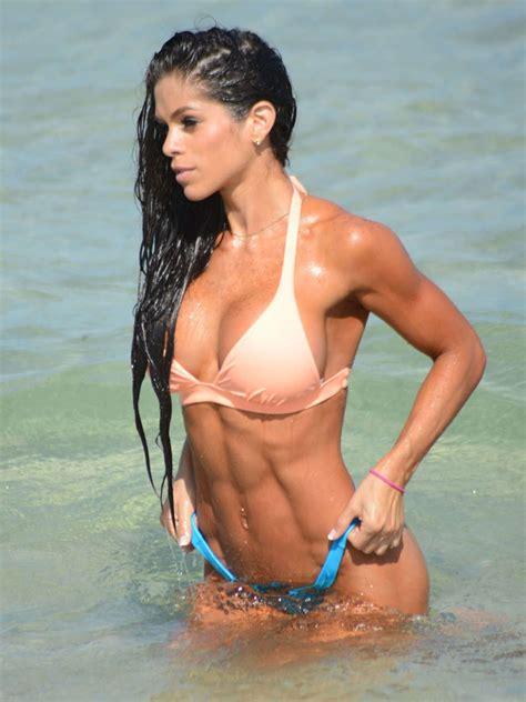 la prof de fitness michelle lewin se detend  la plage