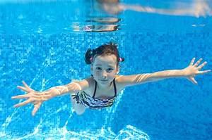Rustine Piscine Sous L Eau : l 39 enfant actif heureux nage sous l 39 eau dans la piscine image stock image du famille caucasien ~ Farleysfitness.com Idées de Décoration