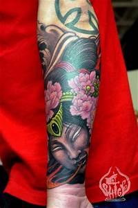 Tatuaje japonés en el antebrazo, una diosa con flores en el pelo Tatuajes de Dioses
