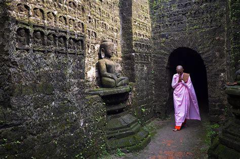 koe thaung  images  buddha temple mrauk  rakhine
