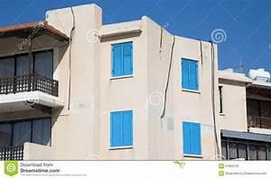 Haus Mit Fensterläden : wei es haus mit blauen fensterl den und h lzernem balkon stockfoto bild 51660133 ~ Eleganceandgraceweddings.com Haus und Dekorationen