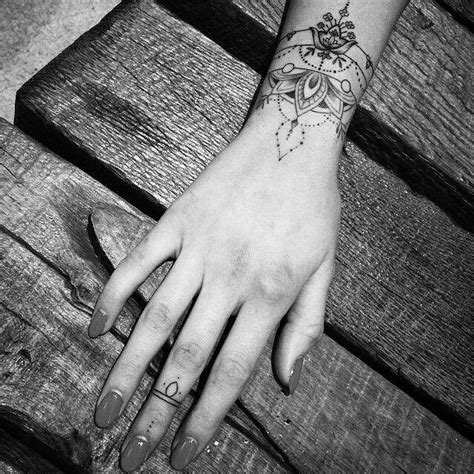 tatouage femme poignet bracelet beau tatouage poignet