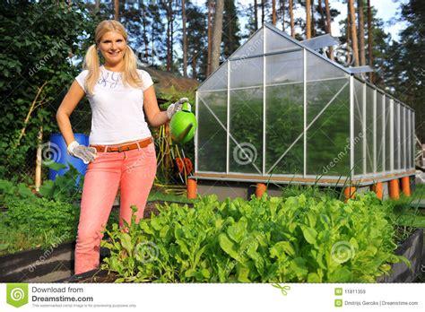 jeune centrale de arrosage de jardinage de salade de femme