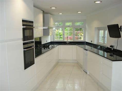 salon cuisinez cuisine blanche avec plan de travail noir 73 idées de relooking