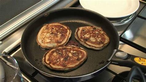 pancakes hervé cuisine recette des pancakes aux fruits rouges par hervé cuisine