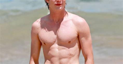 Graham Rogers torse nu à Hawaii en juillet 2013 - Purebreak