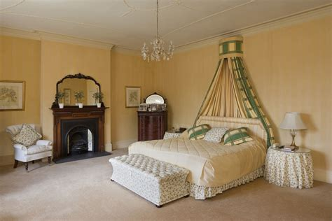 decorate  luxurious victorian bedroom   budget