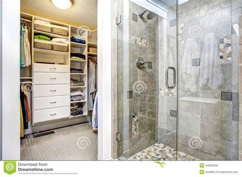 intérieur moderne de salle de bains avec la penderie photo stock image 44652048