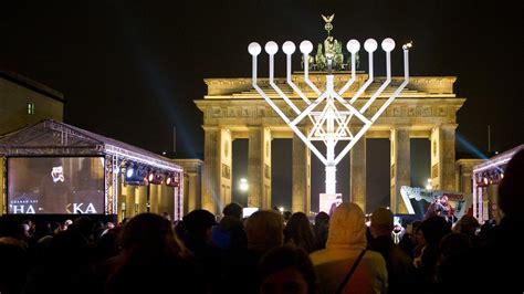 berlin europas groesster chanukka leuchter zdfheute