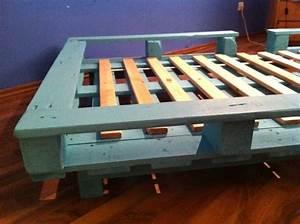 Bett Aus Holzpaletten : bett aus europaletten einfache variante palettenbett ~ Michelbontemps.com Haus und Dekorationen