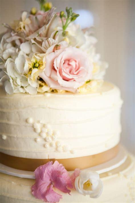 elegant  fondant natural flowers wedding cake frosting
