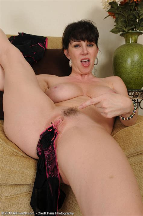 Gorgeous 40 Year Old Rayveness Stuffs Her Mature Pussy