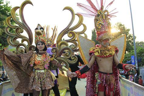 sambut hari batik nasional cirebon gelar karnaval keren