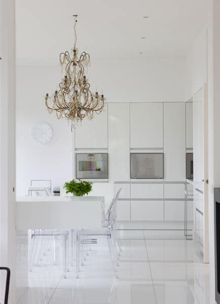 cuisine carrelage blanc cuisine toute blanche chaises kartell lustres à