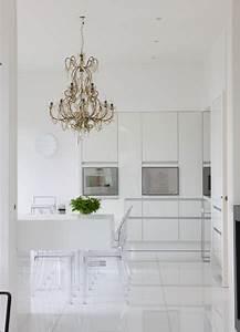 cuisine toute blanche chaises kartell lustres a With carrelage pour cuisine blanche