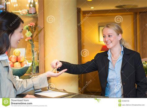 receptionniste de bureau réceptionniste amical de sourire d 39 hôtel photo libre de