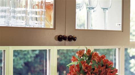 remplacer porte cuisine simple comment rever ses armoires de cuisine avec le