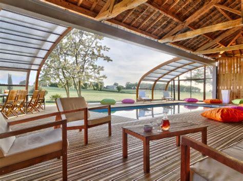 1 abri de piscine en bois ferme 1 hangar pour une piscine dedans dehors