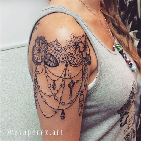 tatouage haut de bras femme dentelle fleur plume et bijoux tatouage femme