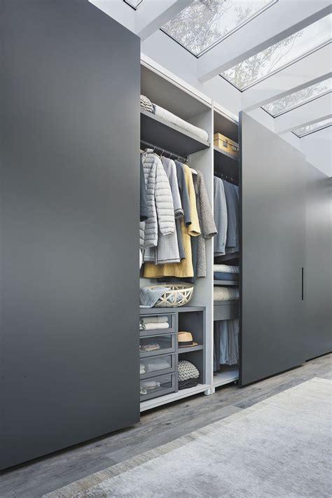 armoire chambre bois armoire de chambre contemporaine en bois laqué à porte