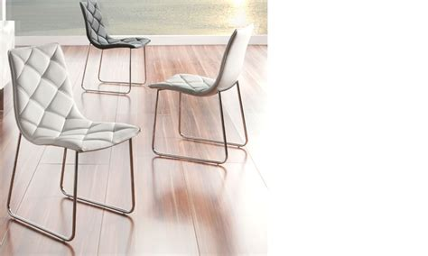 chaise blanche salle a manger chaise salle à manger blanche design en pu et pieds en acier chromé bastia lot de 4