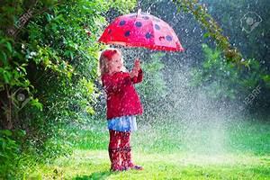 Sun Garden Schirm : 41607821 little girl with red umbrella playing in the rain kids play outdoors by rainy weather ~ Orissabook.com Haus und Dekorationen