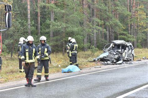 Traģiskajā avārijā vieglo automašīnu taranējusi kravas auto piekabe