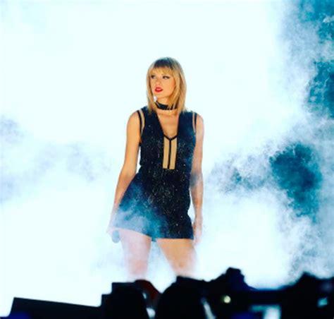 Taylor Swift volta aos palcos e canta música do ex ...