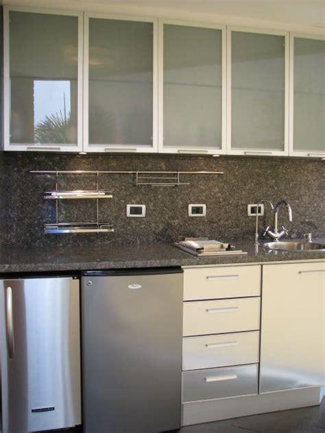 cocina de diseno  area de terraza acabado en acero tope en granito puertas en cristal