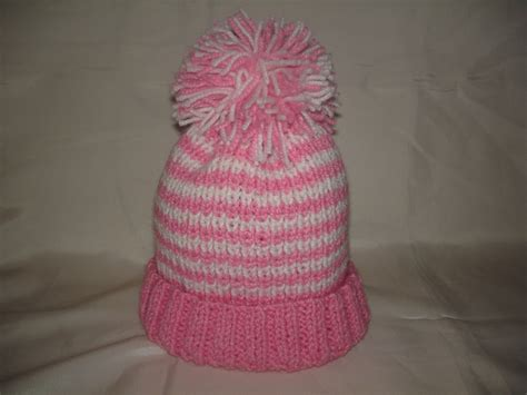 Puķuzirnis: Adītas cepures ar bumbuli.