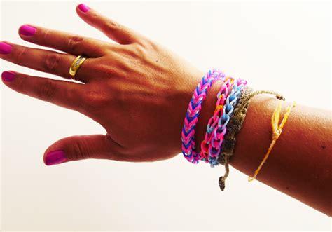 bracelet elastique tuto tuto comment r 233 aliser un bracelet 233 lastique rainbow loom facile