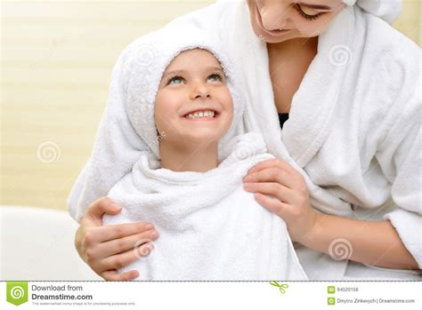 m 232 re et fille dans la salle de bain photo stock image 64520156