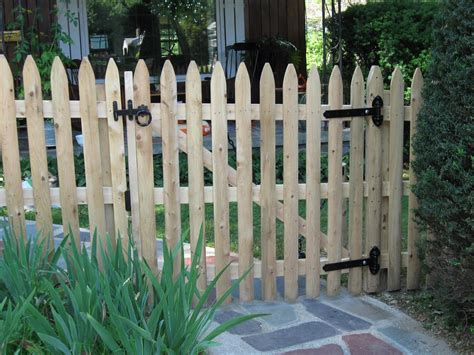 Fence - Gate : Rustic Picket Fence Gate