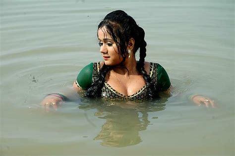 Bhojpuri Hot Actress Gunjan In Green Sex Pose Shagun