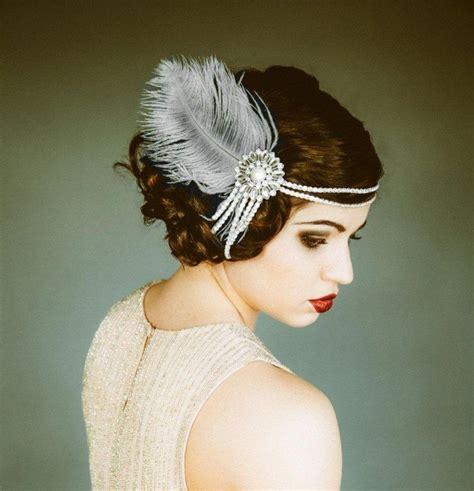 glamouroesen haarschmuck mit federn und perlen aufsetzen