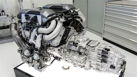 Each bank has eight cylinders in a vr arrangement, ensuring optimum use of the available space. Bugatti EB110 vs. Chiron