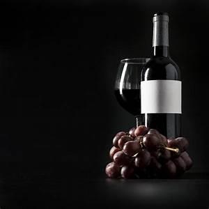 Pflanze In Flasche : traube in der n he von flasche und glas wein download der kostenlosen fotos ~ Whattoseeinmadrid.com Haus und Dekorationen