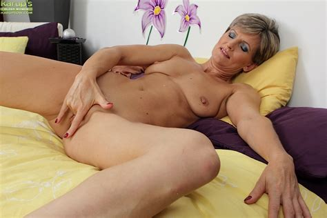 Attractive Middle Aged Slut Melanie Fingers Her Mature