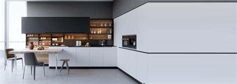 cuisine noir et blanc decoration cuisine mélangez le noir le blanc et le bois