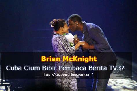 brian mcknight cuba cium bibir pembaca berita tv