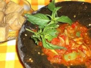 Sambel ijo terbuat dari cabai hijau, tomat hijau dan diberi air perasan jeruk nipis. Resep Sambal Cibiuk khas Jawa Barat | Kuliner Sambal