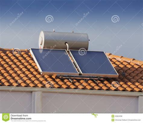 le toit de la maison chauffe eau solaire sur le toit de la maison photo stock image 45824338