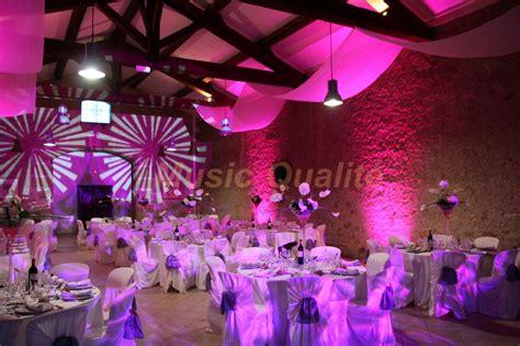 salle de mariage princesse des fleurs pour vos centres de table et des drap 233 es d organza au plafond