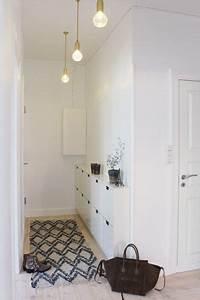 une entree avec un meuble a chaussures mural et un tapis With tapis moderne avec meuble ikea canape