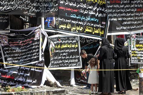 iraqis gather  thursday   banners  condolences