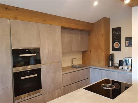 Küchen In Betonoptik by K 252 Che In Harter Betonoptik Und Weicher Eichenverkleidung